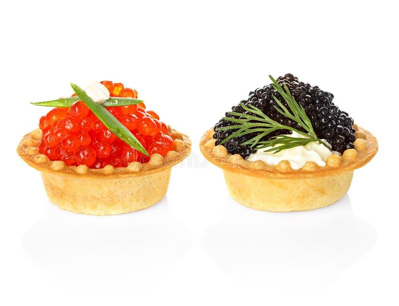 Tartlets mit dem roten und schwarzen Kaviar lokalisiert auf Weiß lizenzfreies stockbild
