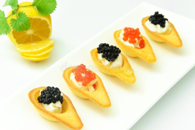 Tartlets mit rotem und schwarzem Kaviar lizenzfreie stockbilder