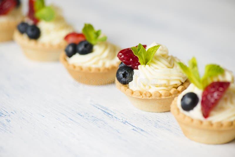 Tartlets mit Sahne Käse und Erdbeeren stockfotos