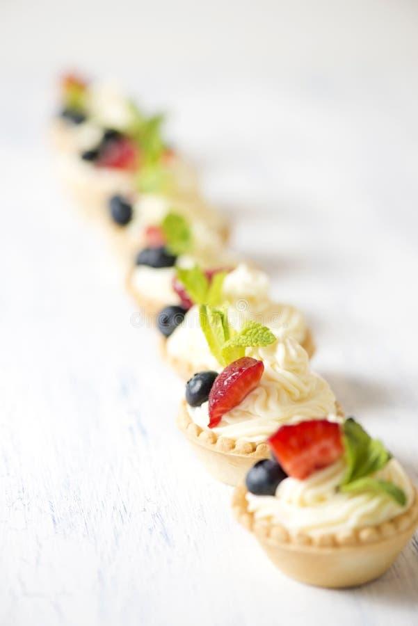 Tartlets mit Sahne Käse und Erdbeeren stockfoto