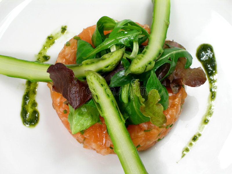 Tartre saumoné avec l'asperge et la salade images stock