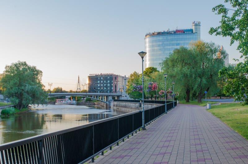 Tartu, Эстония - 9-ое июня 2016: Пустые улицы рекой в утре стоковая фотография rf