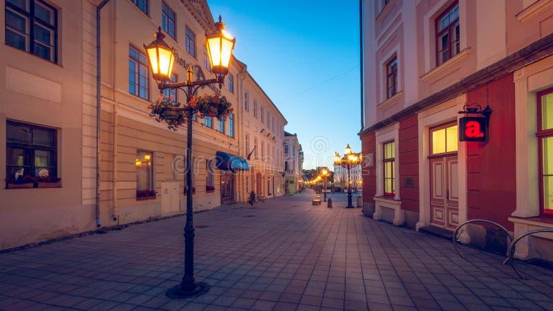 Tartu, Estland - 28. Juni 2017: Früher Morgen auf der Stadt Hall Square und Eingang zur Apotheke stockfotos