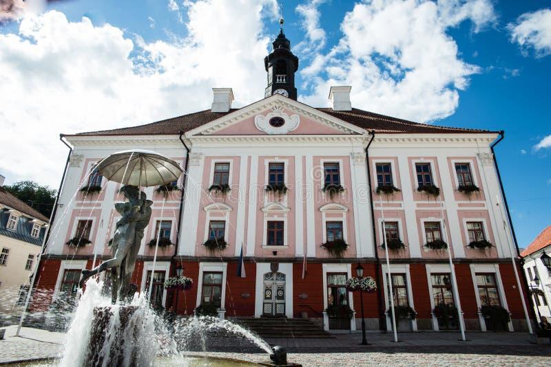 Tartu-Rathaus und der Brunnen des Küssens von Studenten lizenzfreie stockfotos
