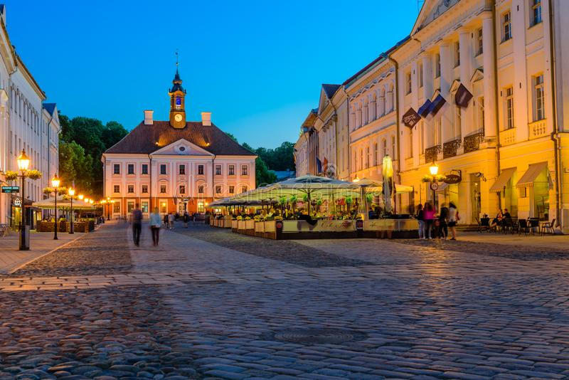 Tartu Rathaus und historisches Zentrum, schöne Sicht auf die Nacht stockfotografie