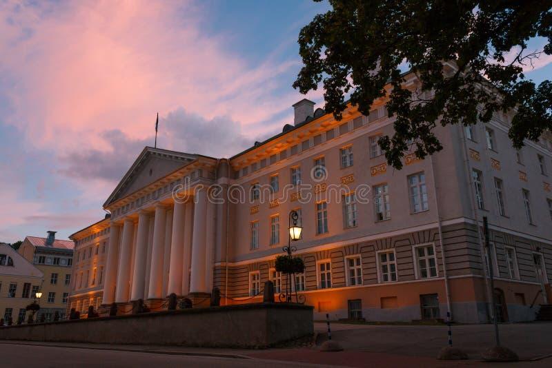 Tartu universitethuvudbyggnad på sommarskymning royaltyfri fotografi