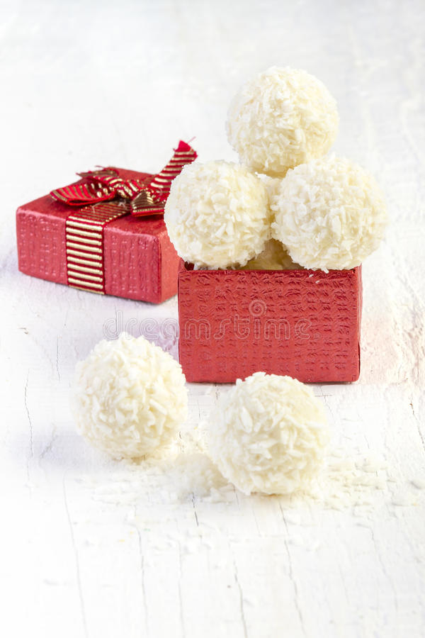 Tartufi della palla di neve della noce di cocco nel contenitore di regalo immagini stock