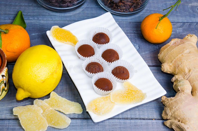Tartufi di cioccolato con le caramelle dello zenzero in un contenitore di regalo immagine stock libera da diritti