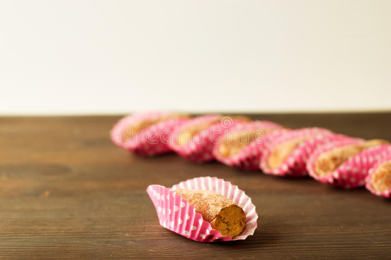 Tartufi di cioccolato fondente assortiti con cacao in polvere, biscotto e fotografia stock libera da diritti