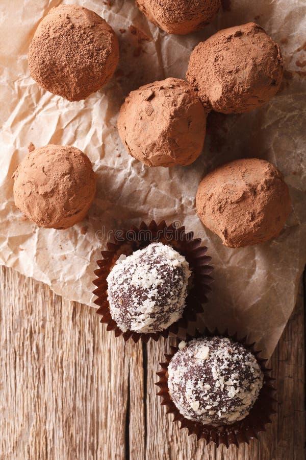 Tartufi di cioccolato in uno stile rustico Vista superiore verticale immagini stock