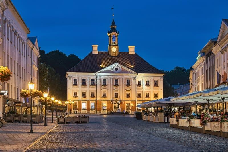 TartuRathaus und Stadt Hall Square mit Straßencafé an der Sommerdämmerung, Estland lizenzfreies stockfoto