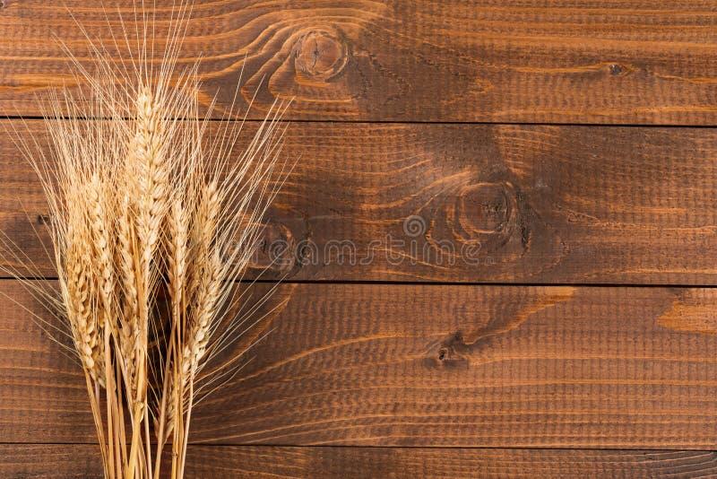 Tarwe op houten achtergrond stock foto