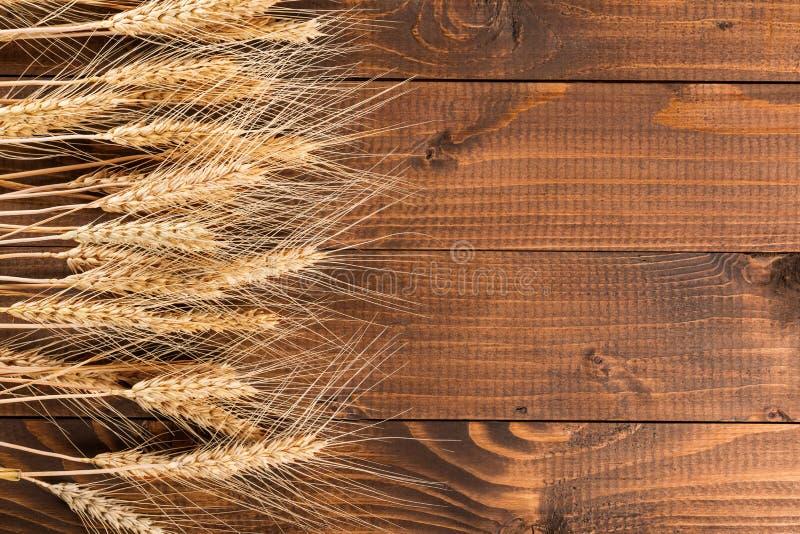 Tarwe op houten achtergrond stock fotografie