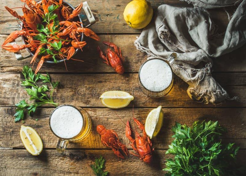 Tarwebier en gekookte rivierkreeften met citroen, peterselie royalty-vrije stock afbeeldingen