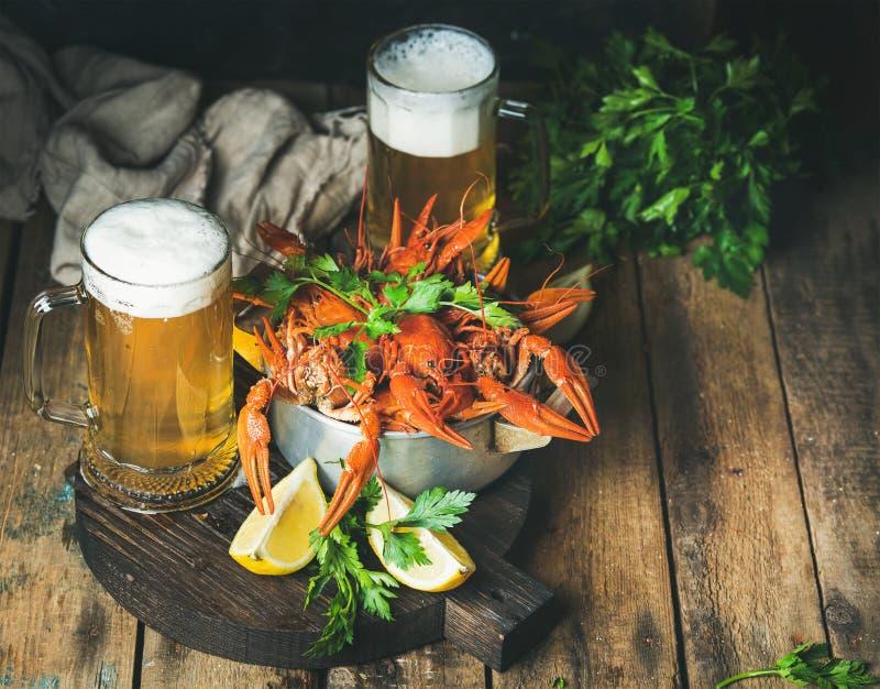 Tarwebier en gekookte rivierkreeften met citroen, verse peterselie stock afbeeldingen