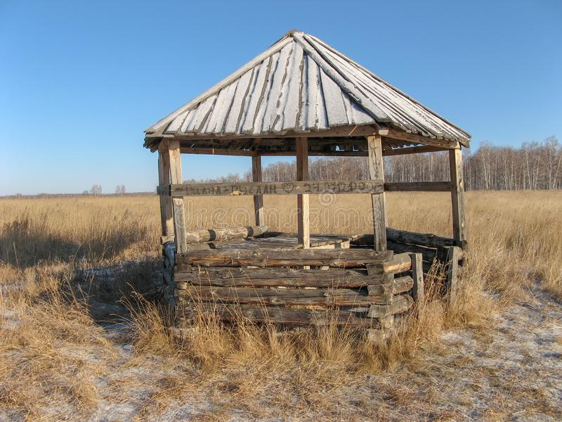 Tarwegebied onder de blauwe hemel in Siberi?, Rusland stock foto