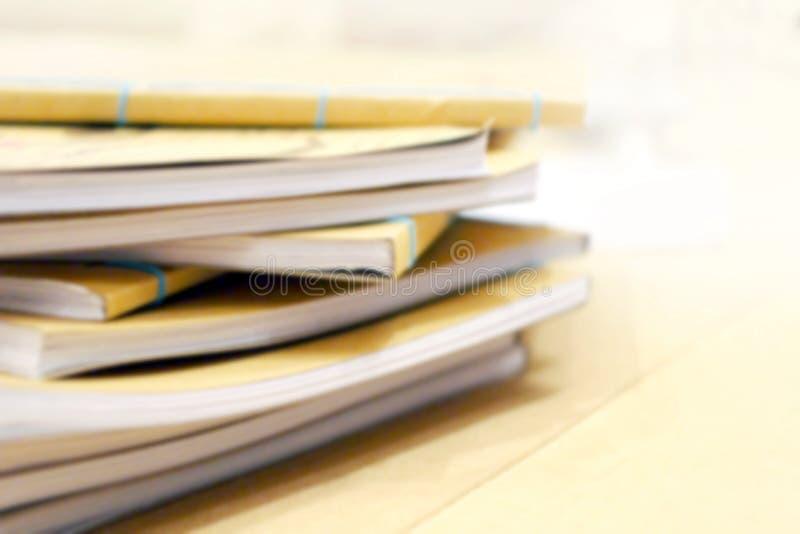 Tas brouillé de livre, image de tache floue de pile de pile de livre pour le fond images stock