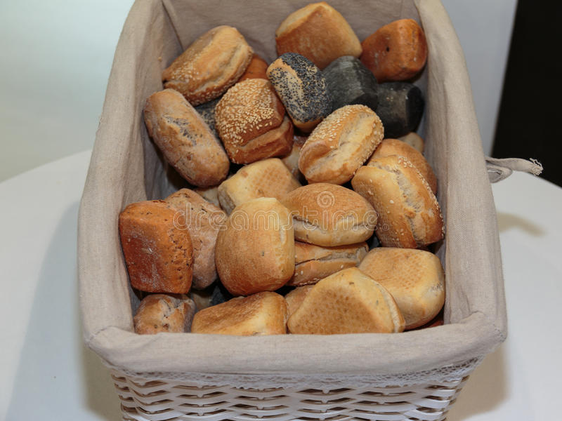 Tas d'assortiment de Rolls de pain à l'intérieur du panier blanc photos stock