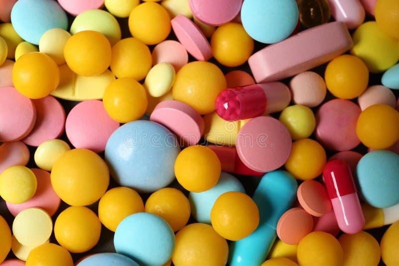 Tas de beaucoup de différentes pilules colorées photo libre de droits