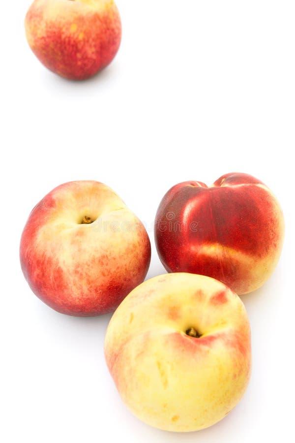 Tas de belles nectarines jaunes rouges colorées crues mûres d'isolement avec l'ombre sur le fond blanc Les vitamines de fruits d' photographie stock