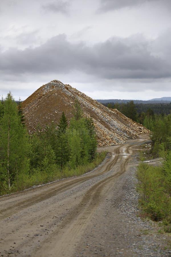Tas de blocaille d'or et du mien de cuivre dans Vasterbotten, Suède images stock