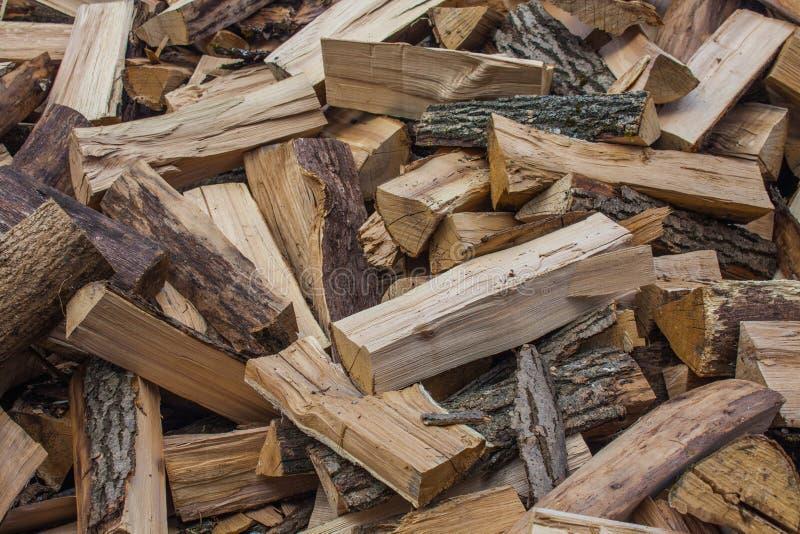 Tas de bois de bois de charpente coupé Pile des rondins en bois Bois de construction empilé de bois de chauffage photos stock