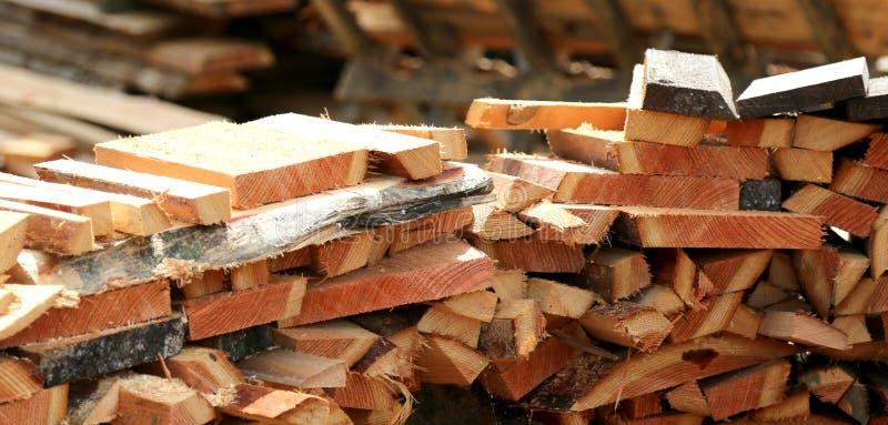 Tas de bois prêt pour l'hiver photos stock