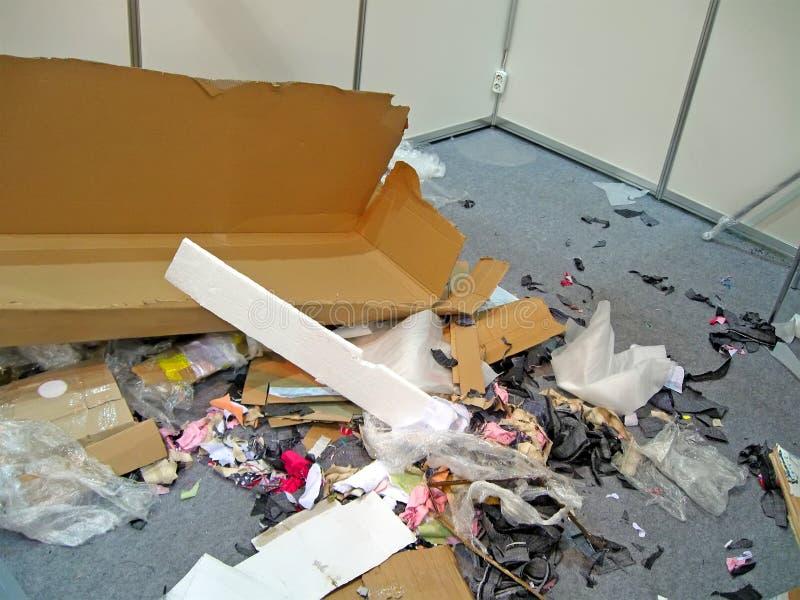 Tas de déchets dans le bureau abandonné, diversité polluée d'environnement images stock