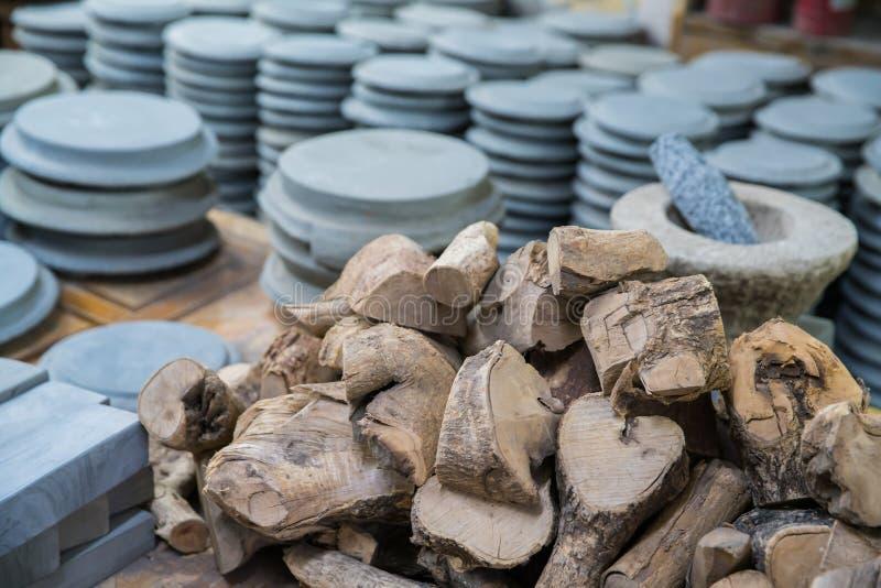 Tas de dalle et de Thanaka de pierre de pyin de Kyauk pour le cosme traditionnel image stock