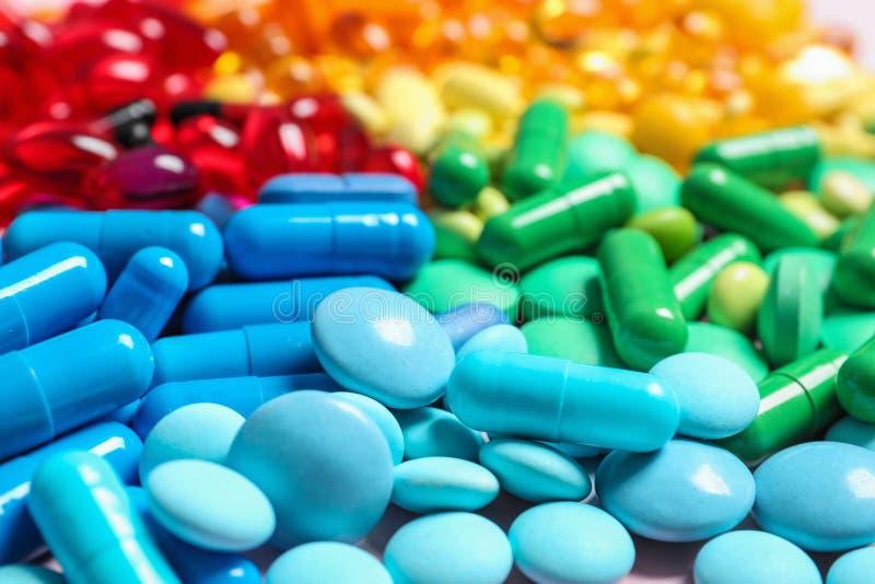 Tas de différentes pilules colorées sur la table photos libres de droits
