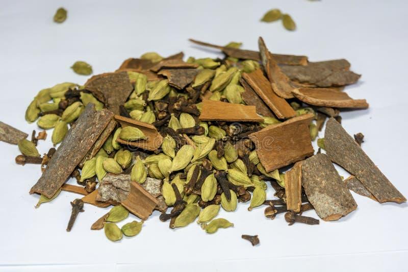 Tas de Garam Masala, épices indiennes sur un fond blanc photo stock