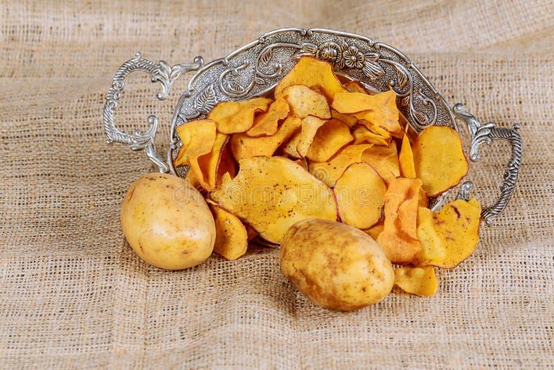 Tas de Paprika Potato Chips sur le fond rustique photographie stock libre de droits