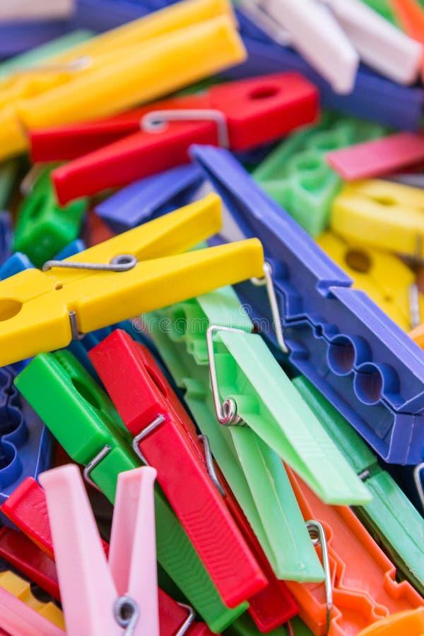 Tas de pince linge en plastique de blanchisserie dans des couleurs vives photo stock image - Pince alimentaire en plastique ...