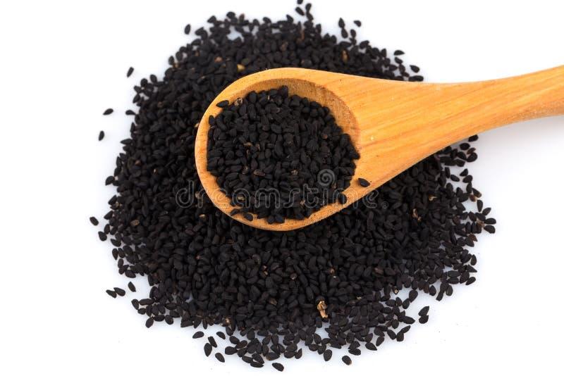 Tas de sésame noir sur la cuillère en bois image libre de droits