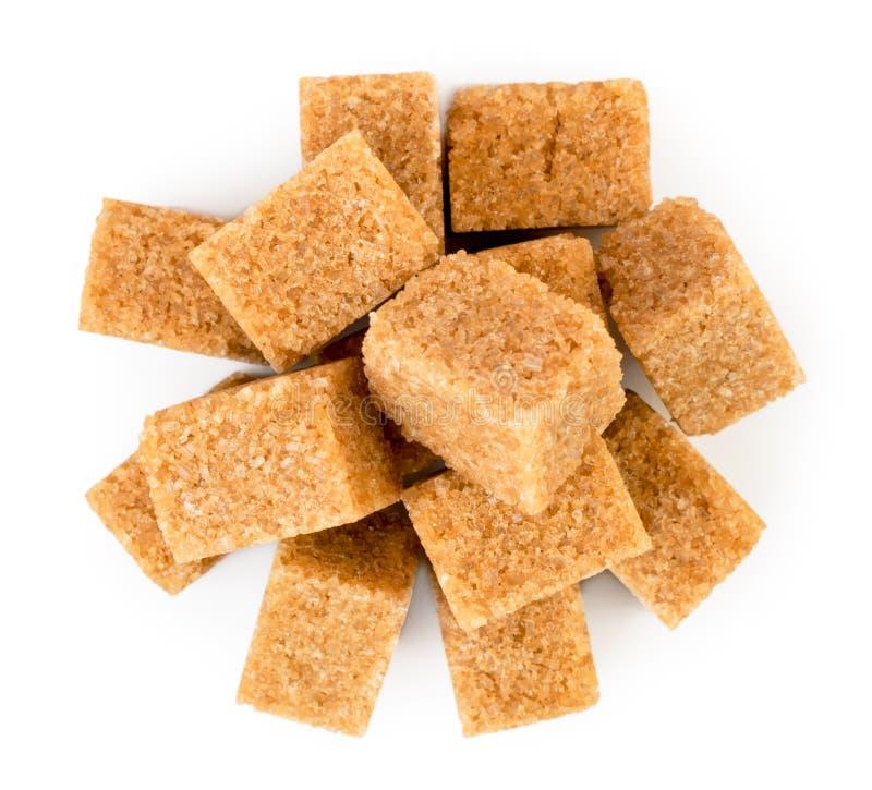 Tas de sucre de canne de raffinage sur un blanc La forme du dessus photo libre de droits