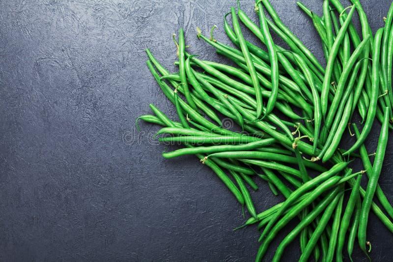 Tas de vert ou d'haricots verts sur la vue supérieure en pierre noire de table Nourriture organique et de régime image stock