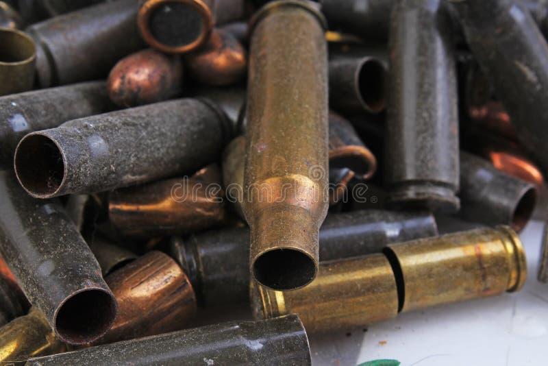 Tas des balles d'arme à feu Texture de fond de douille d'étui d'arme, 7 65, et 9mm Douilles de cartouche d'arme Modèle c de balle images stock