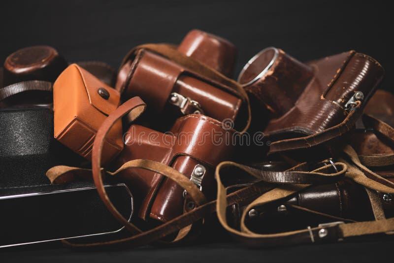 Tas des caméras de cru de 35mm dans des couvertures en cuir Rassemblement et passe-temps image stock