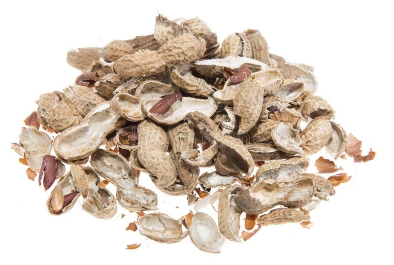 Tas des coquilles d'arachide d'isolement sur le blanc photo stock
