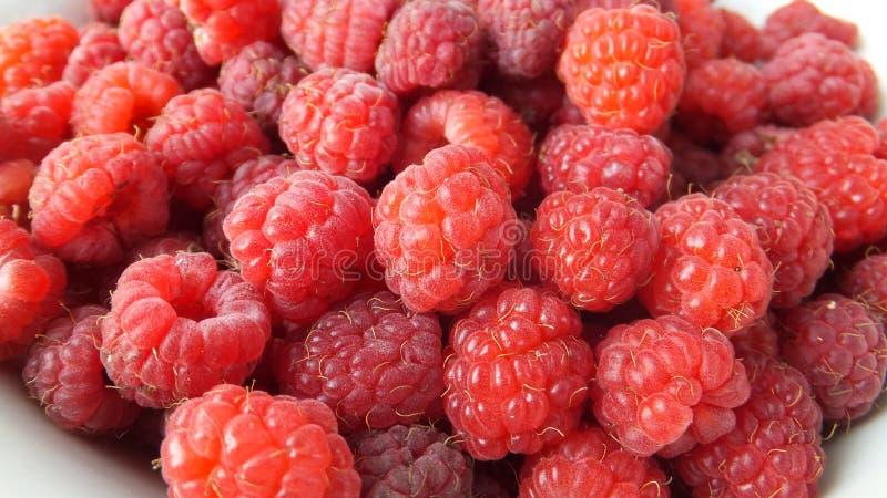Tas des framboises douces rouges photo stock
