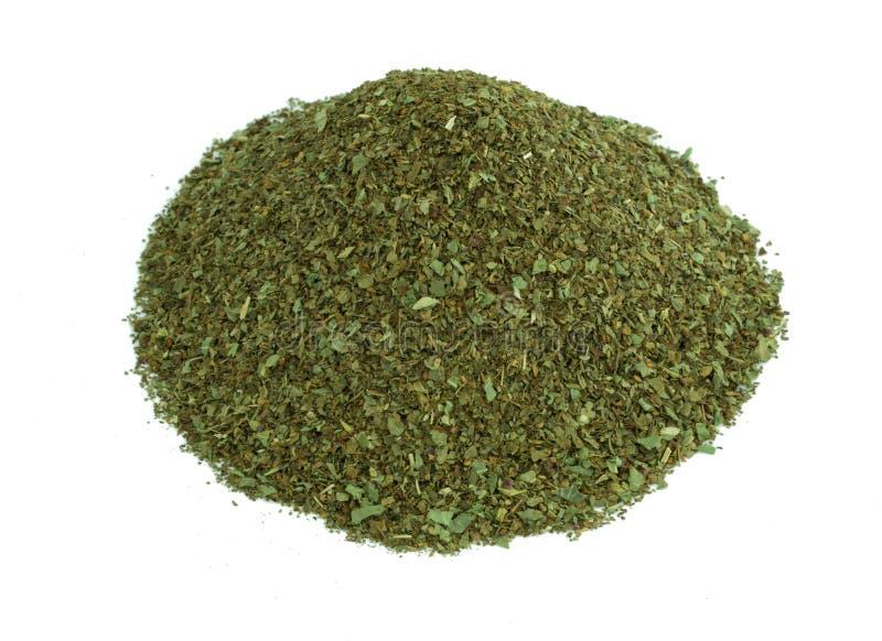 Tas des herbes aromatiques sèches de basilic d'isolement sur le fond blanc photos stock