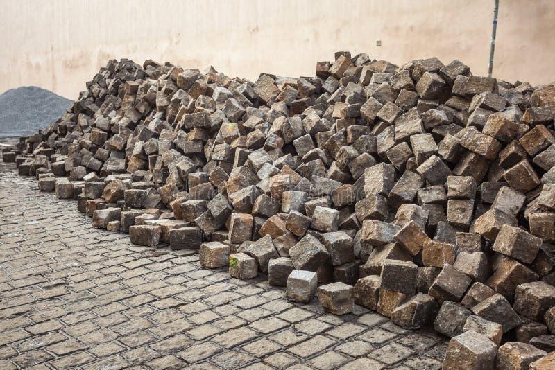 Tas des pavés ronds, construction de trottoir, Prague images libres de droits
