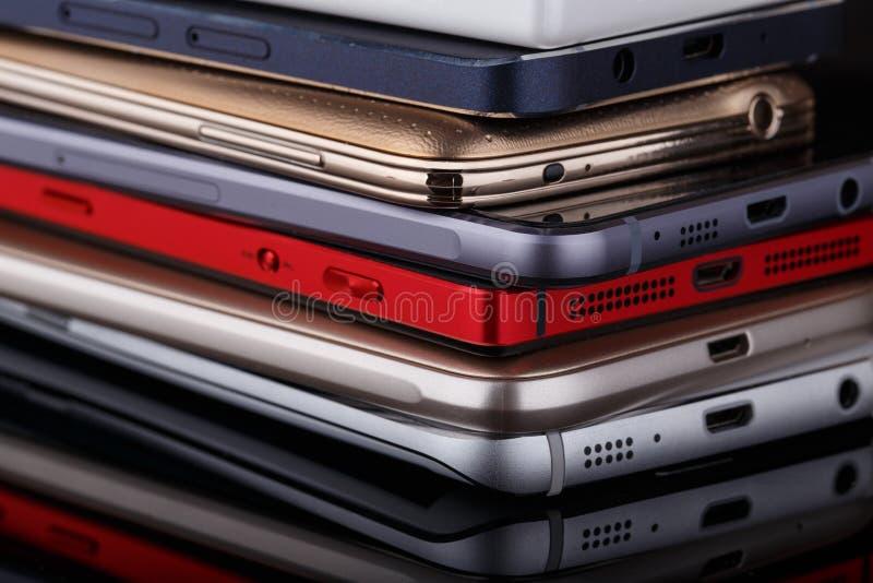 Tas des smartphones photographie stock