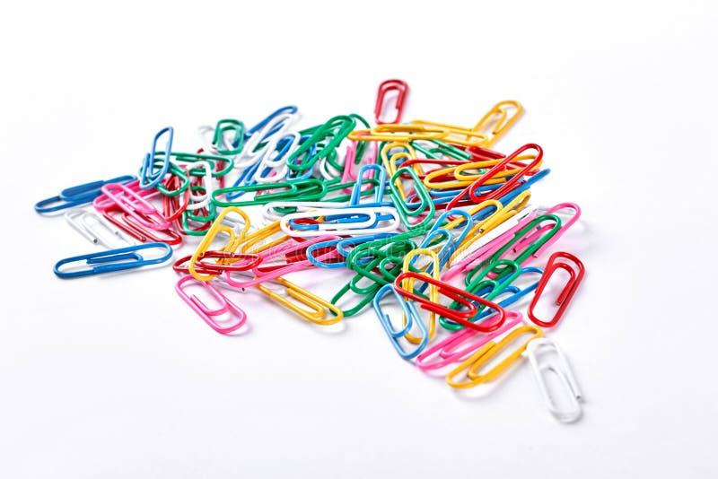 Tas des trombones en plastique colorés images stock