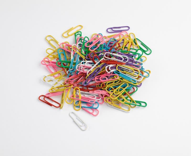 Tas des trombones multicolores photographie stock libre de droits