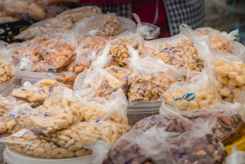 Tasche der Mandel und der Haselnusses auf einem städtischen Markt lizenzfreies stockfoto