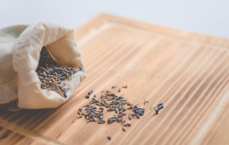 Tasche des Lavendels auf einer Tabelle stockfoto