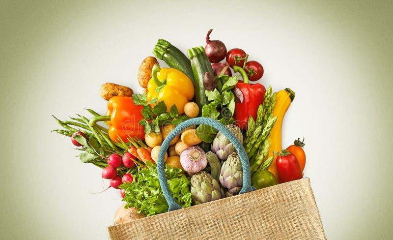 Tasche, die mit sortierten Früchten und Veggies überläuft lizenzfreies stockfoto