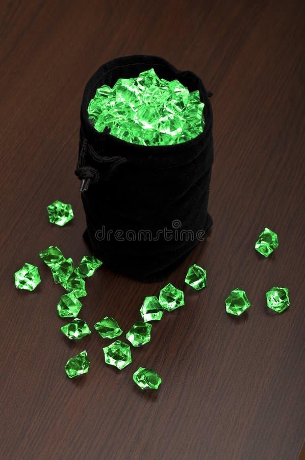 Tasche von Smaragden lizenzfreies stockbild