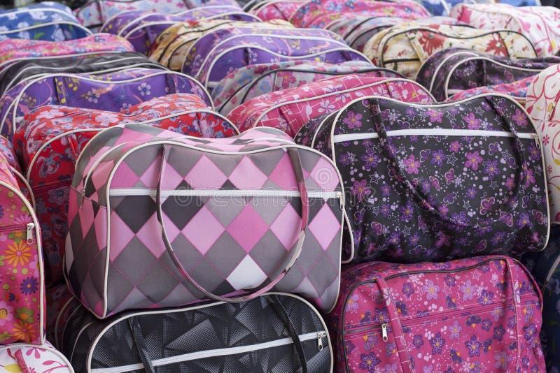 Taschen in einem Markt stockfotos